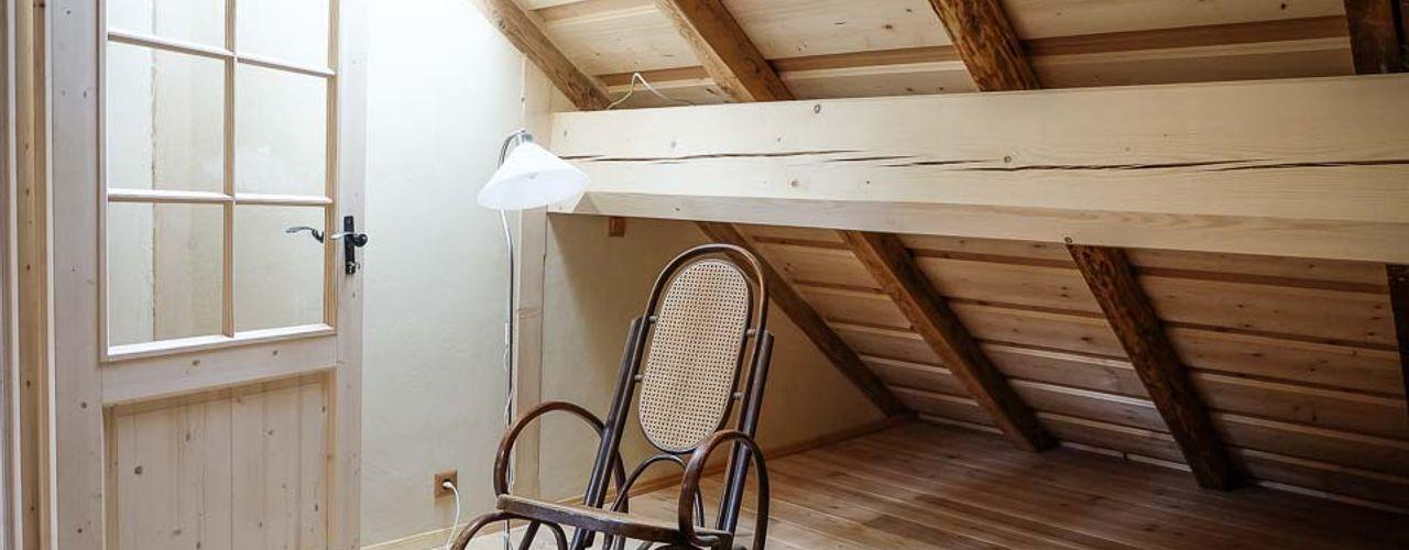 Dachausbau mit Galerie Thisalo GmbH Schlafzimmer im Landhausstil