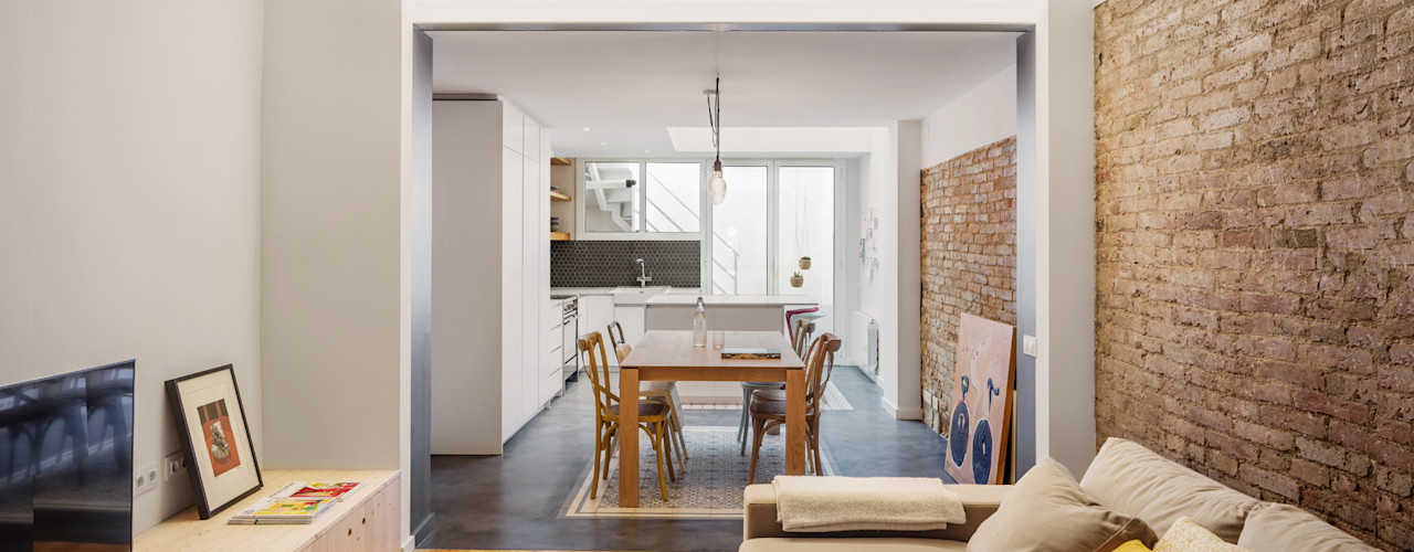 068. SMALL HOUSE IN TOWN Abrils Studio Comedores de estilo ecléctico Madera Gris