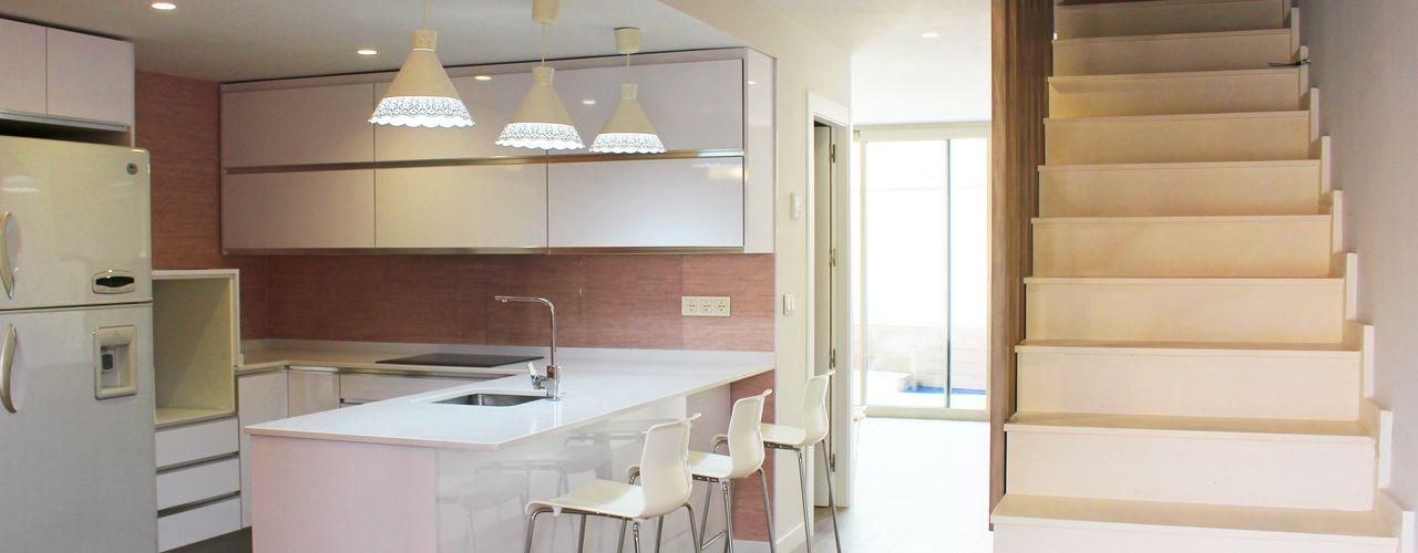 Reforma de la planta baja de una casa unifamiliar en los Narejos, Murcia, por Keinzo. Keinzo Interiores Cocinas integrales Blanco
