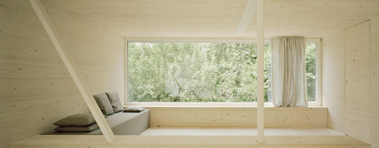 JUST K. Viel Raum für 4 Kinder und 2 Erwachsene AMUNT Architekten in Stuttgart und Aachen Ausgefallene Wohnzimmer Holz Beige