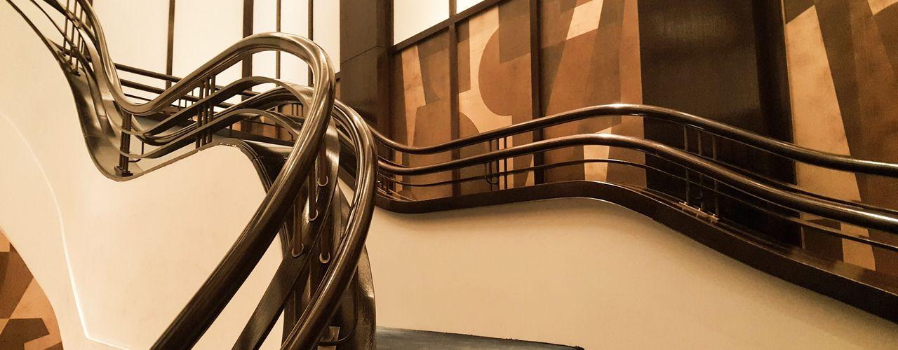Kunstvoller Handlauf für Bogentreppe in einem Restaurant, Thomas Cook, New York Siller Treppen/Stairs/Scale Treppe Holz Braun