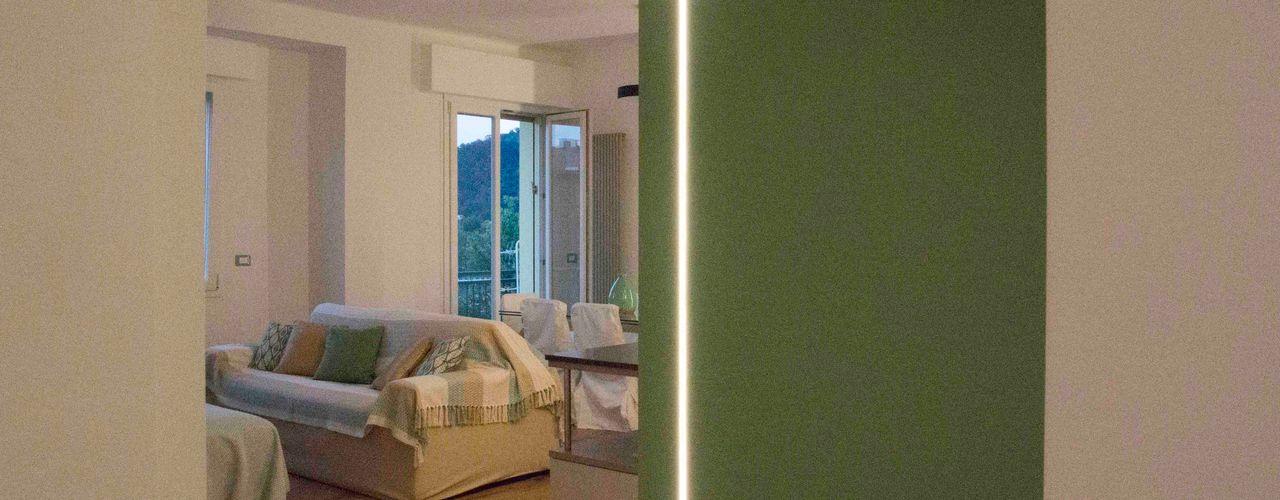 UN APPARTAMENTO CON AFFACCIO SUL FIUME RENO Simona Muzzi Architetto Ingresso, Corridoio & Scale in stile moderno Legno