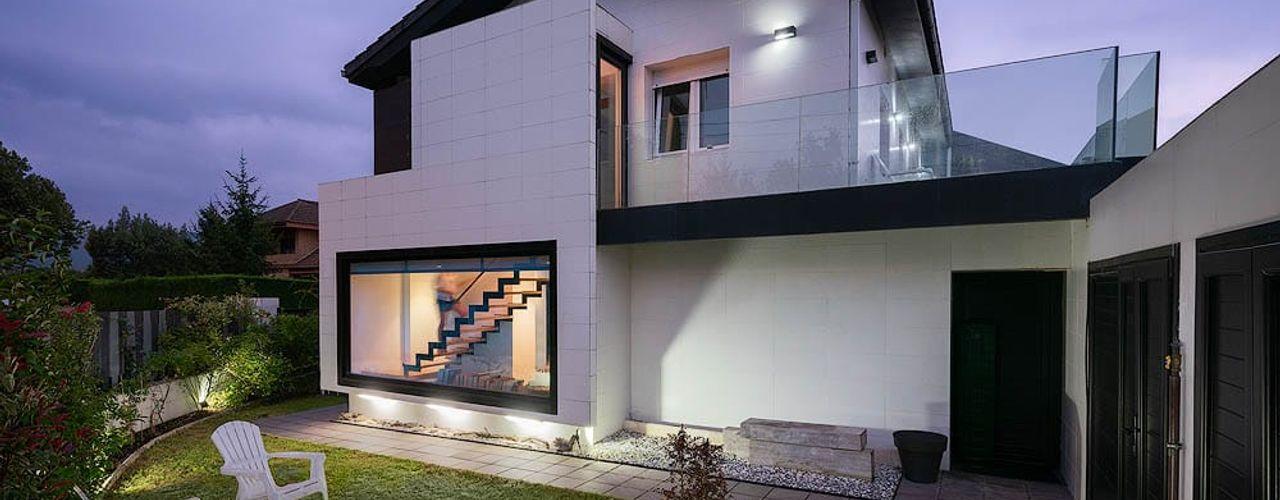 Rehabilitación e interiorismo en una antigua casa en Somió, Gijón arQmonia estudio, Arquitectos de interior, Asturias Casas unifamilares Blanco