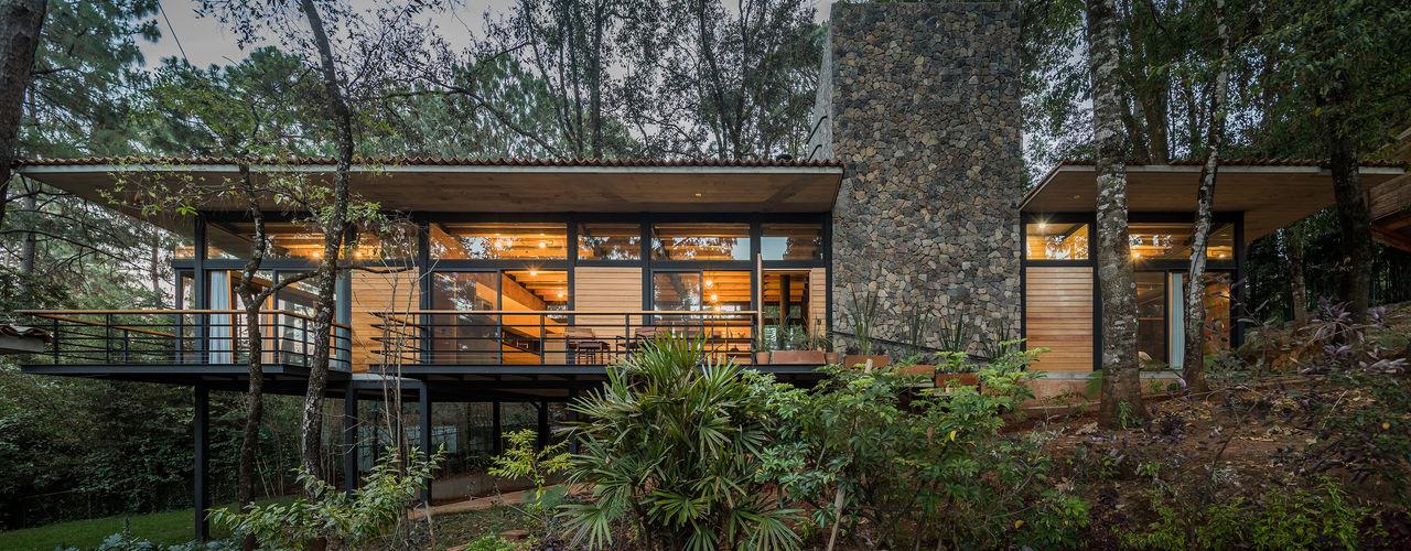 Casa Luzia Saavedra Arquitectos Casas modernas Madera maciza Acabado en madera