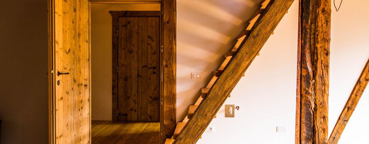 Ristrutturazione fienile sulle Dolomiti - impianto elettrico e riscaldamenti a pannelli radianti Monico Impianti Soggiorno rurale Legno Effetto legno