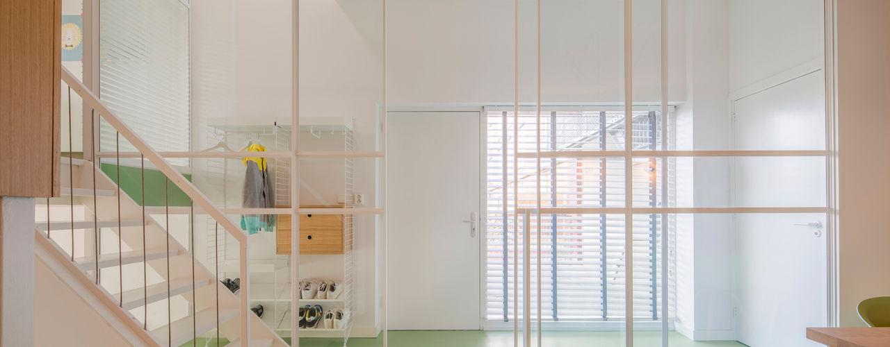 Appartement IJburg, Amsterdam ÈMCÉ interior architecture Moderne gangen, hallen & trappenhuizen Glas Wit
