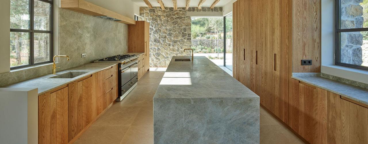 Vivienda unifamiliar en el valle de San Lorenzo, Ibiza deBM Arquitectura y Paisajismo Cocinas de estilo moderno
