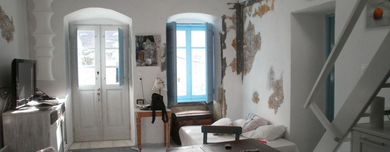 Ristrutturazione di una casa tradizionale nel kastro di parikia_Isola di Paros_Cicladi_Grecia studio patrocchi Soggiorno in stile mediterraneo