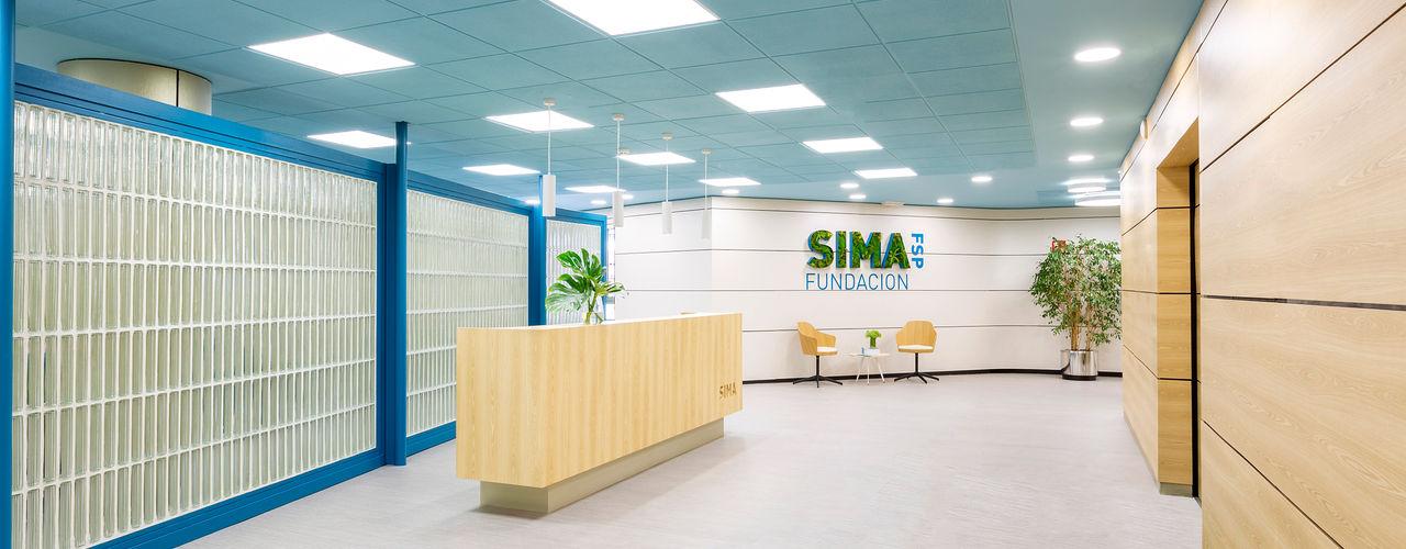 Diseñamos una oficina de 1000 metros al lado de la Gran Vía del centro de Madrid Interiorismo y decoración en Madrid / Kando Estudio Oficinas y tiendas de estilo moderno Azul