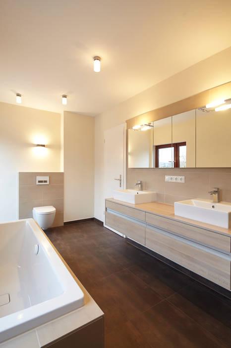 moderne innenarchitektur einfamilienhaus, renovierung einfamilienhaus dortmund: moderne badezimmer von, Design ideen