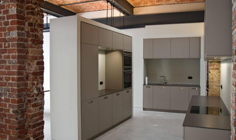 Loft Wedding // Küche:  Küche von designyougo - architects and designers