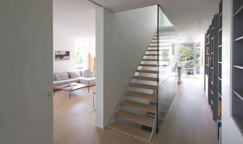 Casa Locarno // Treppe Mediterraner Flur, Diele & Treppenhaus von designyougo - architects and designers Mediterran Holz Holznachbildung