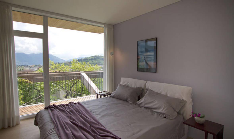 Casa Locarno // Elternschlafzimmer:  Schlafzimmer von designyougo - architects and designers