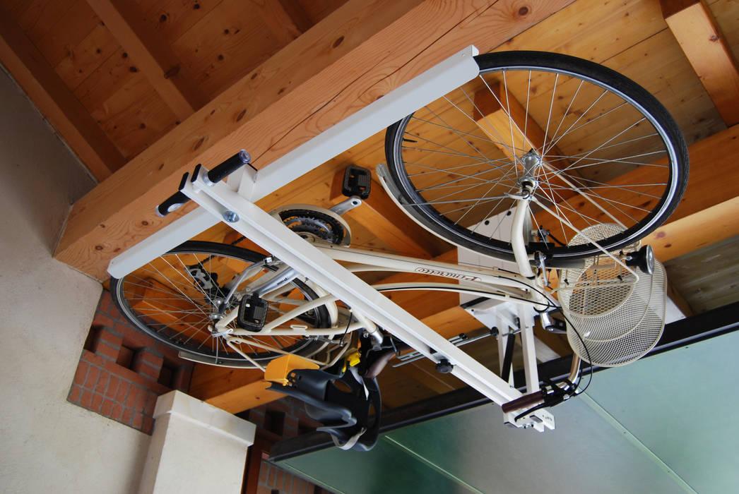 flat-bike-lift.com: Garage/Rimessa in stile  di flat-bike-lift,