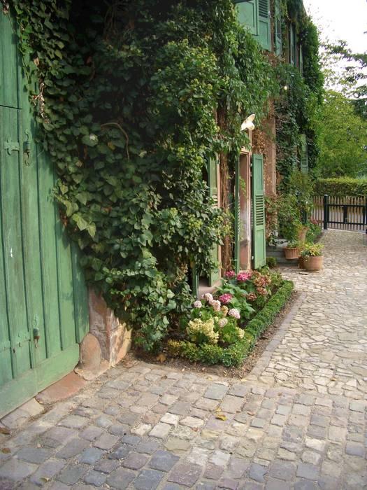 Der Romantische Bauernhausgarten:  Garten von Planungsbüro STEFAN LAPORT
