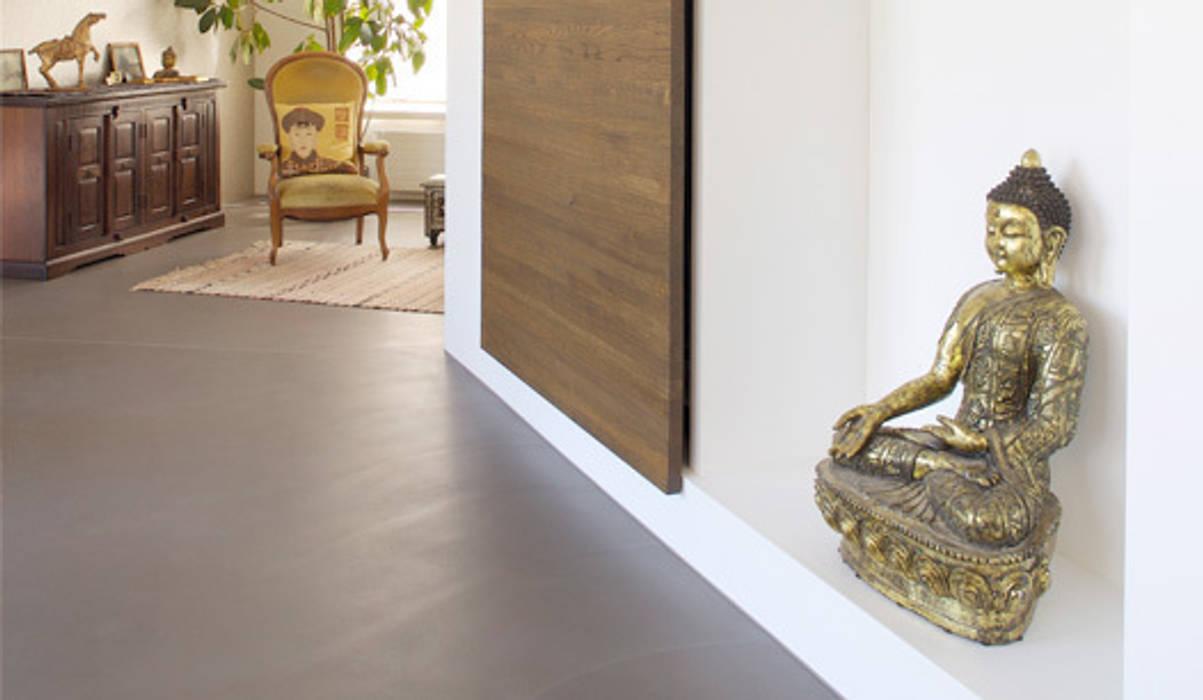 Гостиная в стиле модерн от Fugenlose mineralische Böden und Wände Модерн