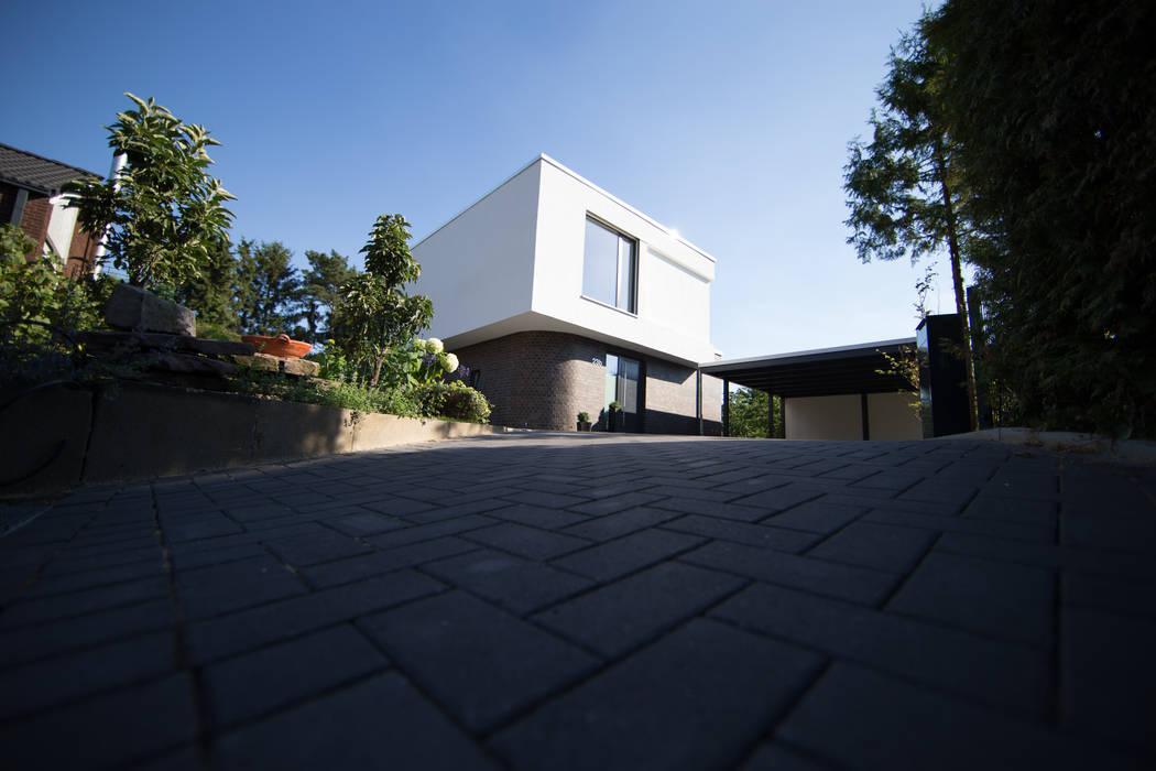Aussenansicht des Futuras mit dem Carport:  Garten von Hellmers P2 | Architektur & Projekte