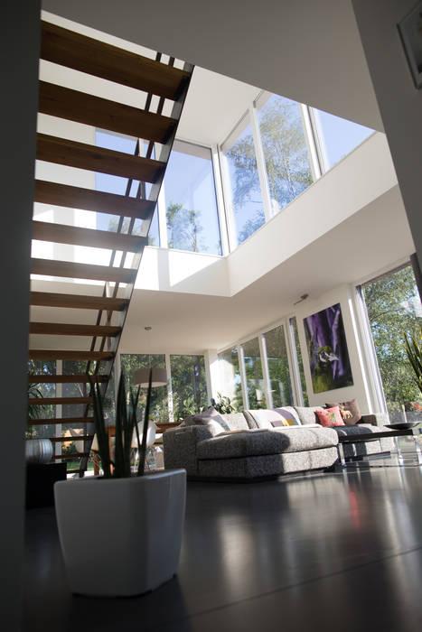 Innenbereich Wohnzimmer mit Galerie Moderne Wohnzimmer von Hellmers P2 | Architektur & Projekte Modern