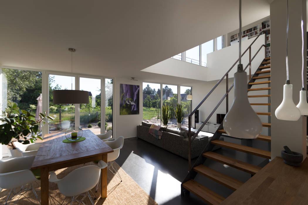 Blick von der offenen Küche in den Wohnbereich Moderne Wohnzimmer von Hellmers P2 | Architektur & Projekte Modern