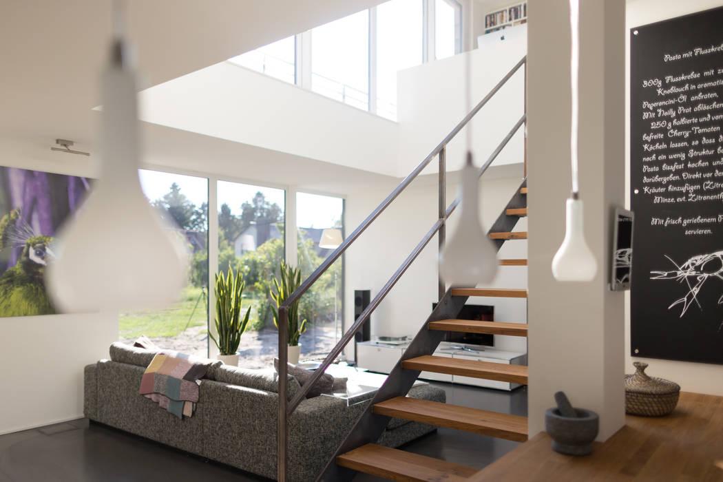 Blick von der offenen Küche in den Wohnbereich Moderne Wohnzimmer von homify Modern