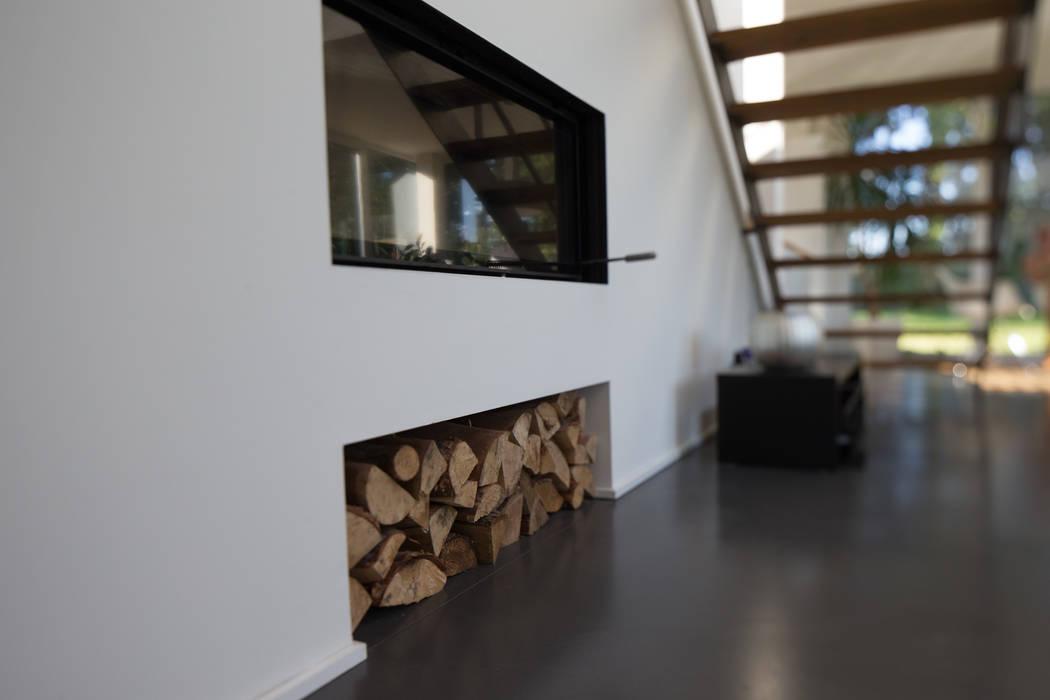 Ofen mit Holzfach im Wohnzimmer:  Wohnzimmer von Hellmers P2 | Architektur & Projekte