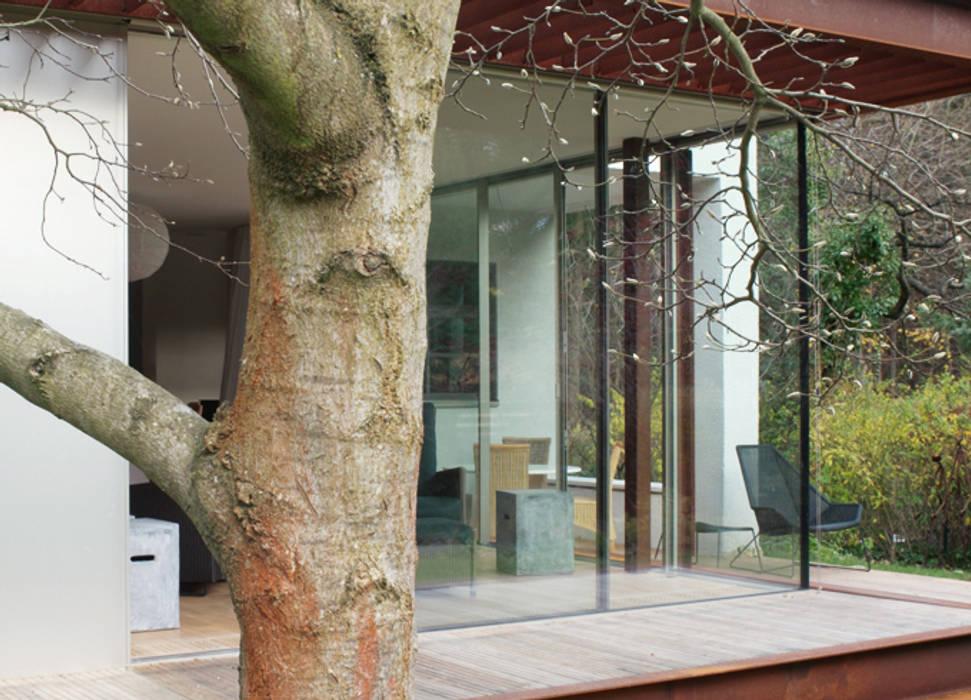 Ein Landhaus in Berlin-Wannsee:  Terrasse von ZappeArchitekten,