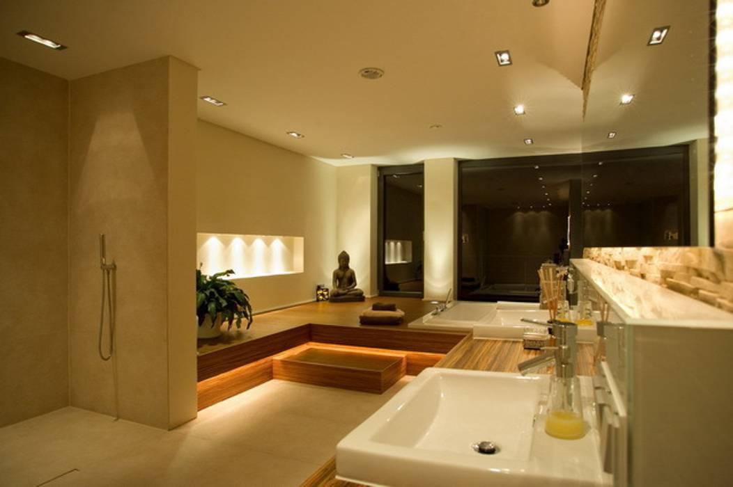 Bagno moderno di ligthing & interior design Moderno