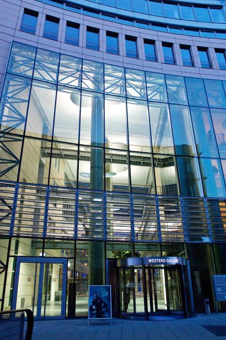 Die Welle, FFM:  Bürogebäude von  ligthing & interior design