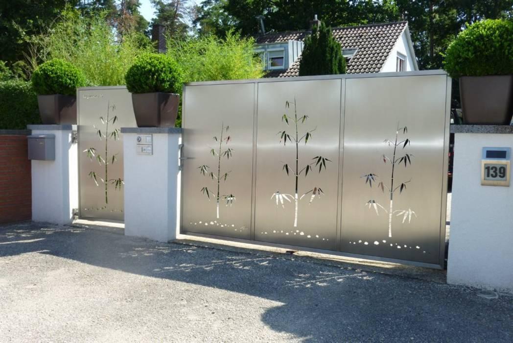 Edelstahl Tore und Sichtschutz Moderner Garten von Edelstahl Atelier Crouse: Modern