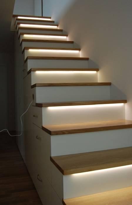 Exklusive Treppe Mit Regalunterbau, Eiche / Weiß Lackiert: Moderner Flur,  Diele U0026 Treppenhaus