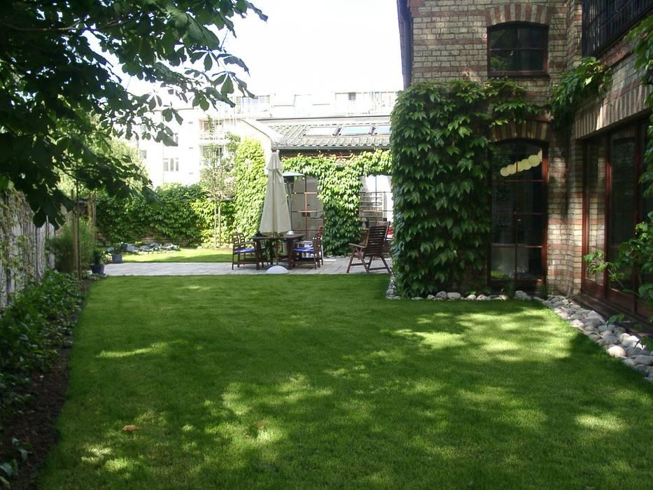 Gartenoase inmitten der Großstadt Moderner Garten von neuegaerten-gartenkunst Modern