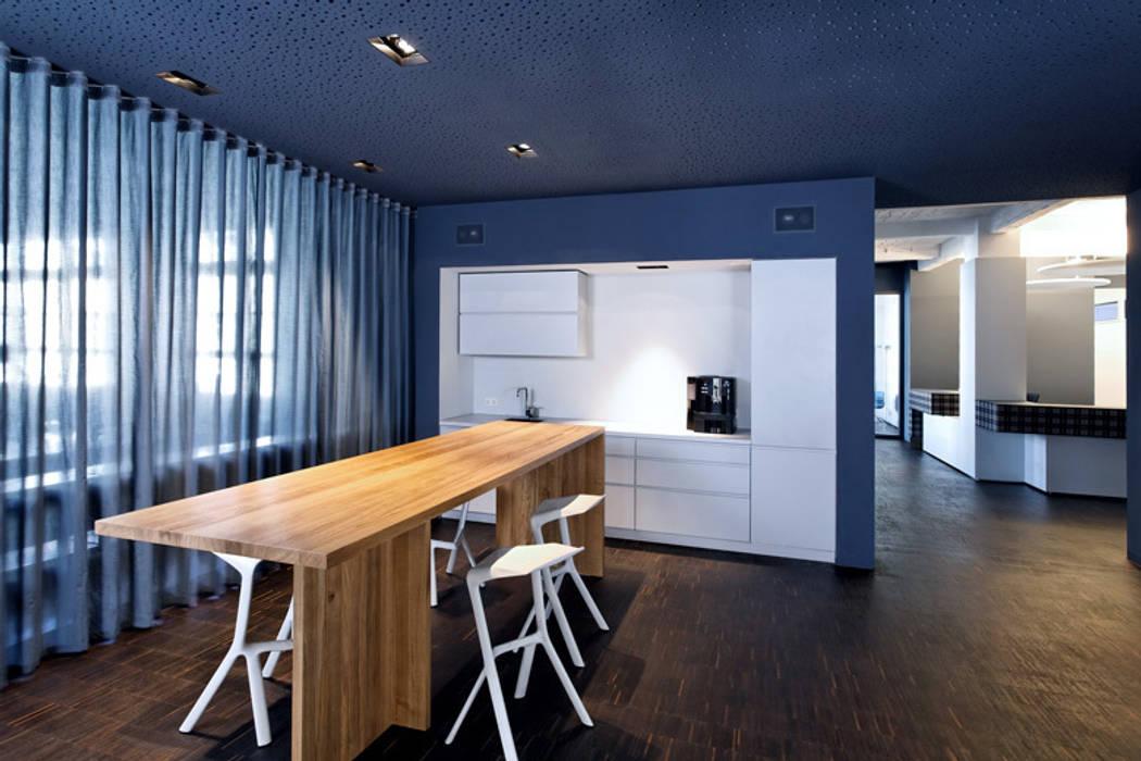 Zentraler Kommunikationsbereich: moderne Küche von a-base I büro für architektur