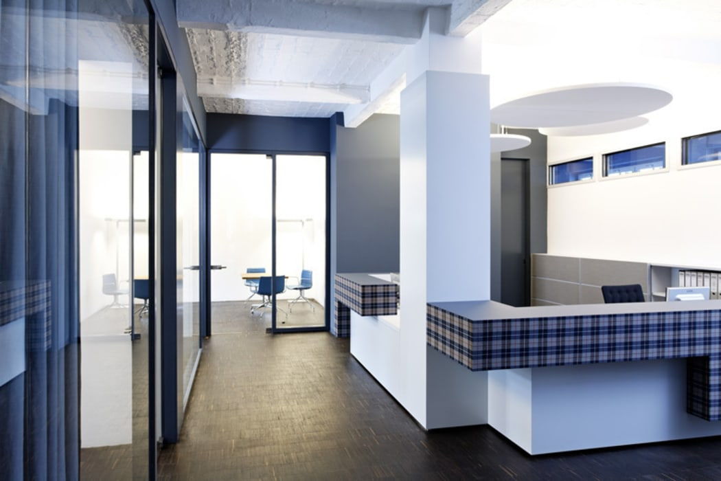 Empfangsbereich Ausgefallene Geschäftsräume & Stores von a-base I büro für architektur Ausgefallen