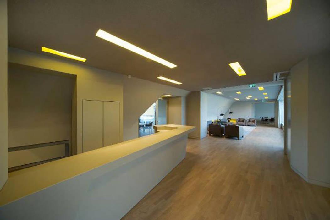 Eingangsbereich Moderne Geschäftsräume & Stores von a-base I büro für architektur Modern
