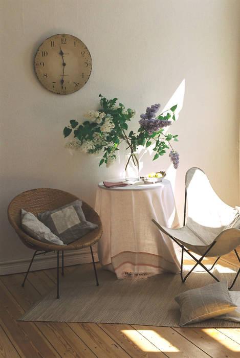 Blumiges Gästezimmer :  Wohnzimmer von CONSCIOUS DESIGN - INTERIORS
