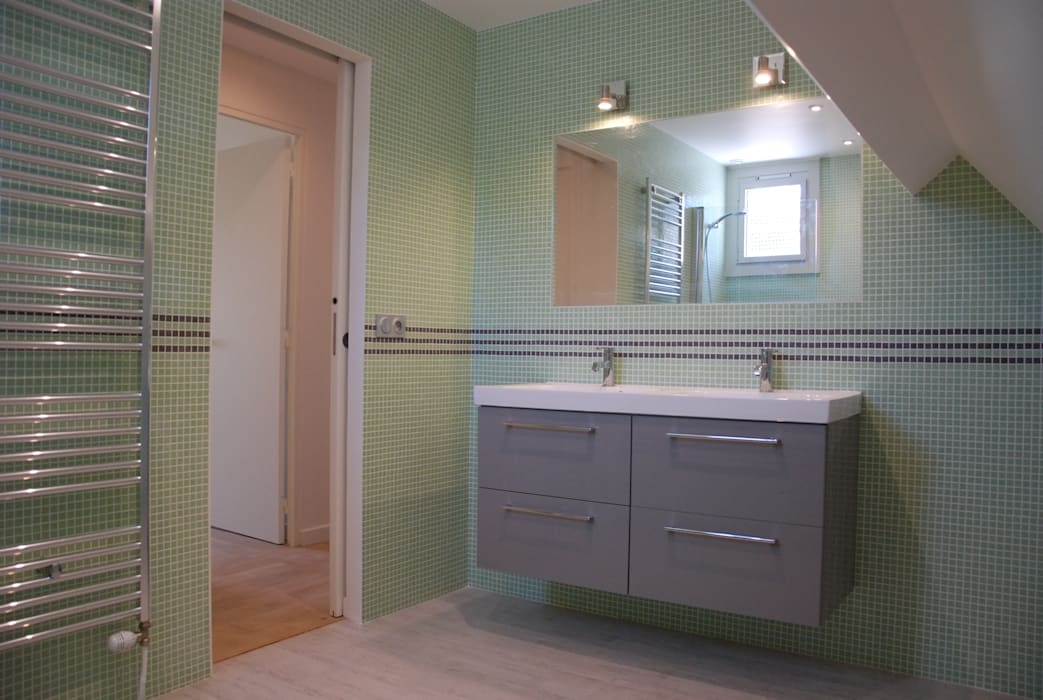 salle de bains enfants: Salle de bains de style  par carol delecroix