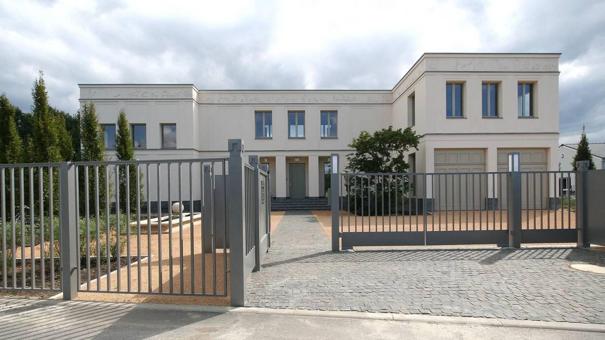 Bellevue zum Schloss - Villa mit Seitenflügeln und Hof:  Garage & Schuppen von CG VOGEL ARCHITEKTEN