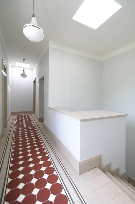 Bellevue zum Schloss - Villa mit Seitenflügeln und Hof Klassischer Flur, Diele & Treppenhaus von CG VOGEL ARCHITEKTEN Klassisch