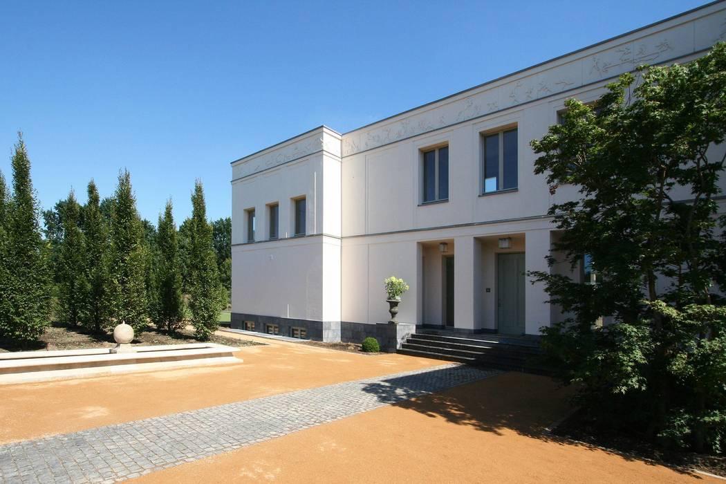 Bellevue zum Schloss - Villa mit Seitenflügeln und Hof:  Häuser von CG VOGEL ARCHITEKTEN
