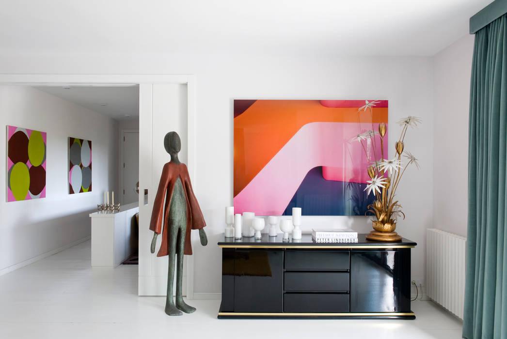 ARTE Y LUMINOSIDAD: Salones de estilo moderno de MÁLAMO