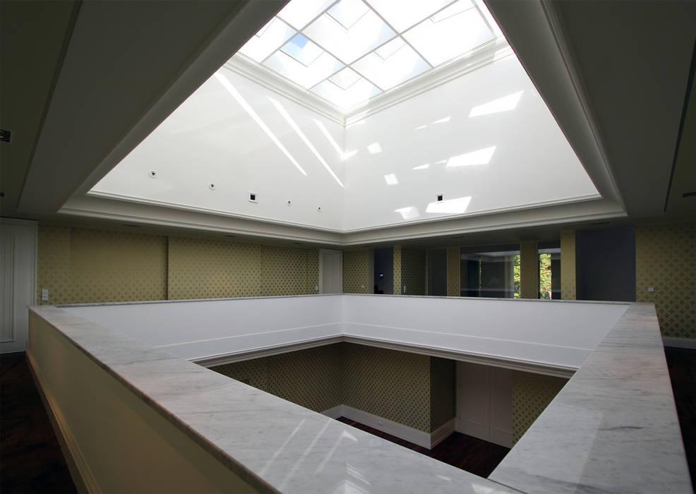 Den Himmel im Haus - Residenz mit zentralem Lichthof:  Flur & Diele von CG VOGEL ARCHITEKTEN
