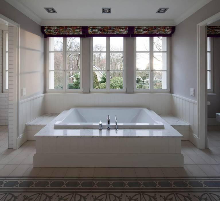 Mut zur Symmetrie - Klassisches Wohnhaus am Waldrand:  Badezimmer von CG VOGEL ARCHITEKTEN