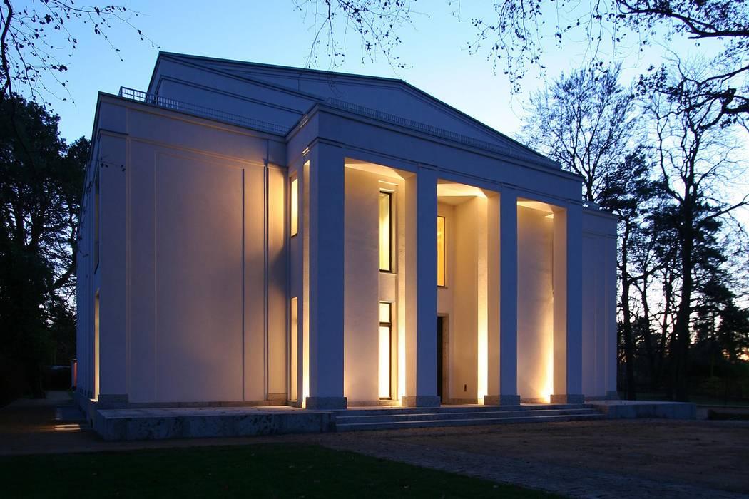 Den Himmel im Haus - Residenz mit zentralem Lichthof: klassische Häuser von CG VOGEL ARCHITEKTEN