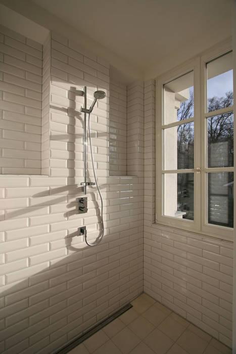 Mut zur Symmetrie - Klassisches Wohnhaus am Waldrand Klassische Badezimmer von CG VOGEL ARCHITEKTEN Klassisch