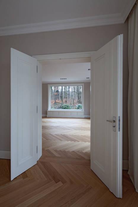 Mut zur Symmetrie - Klassisches Wohnhaus am Waldrand: klassische Esszimmer von CG VOGEL ARCHITEKTEN