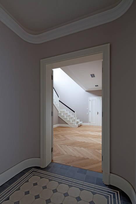 Mut zur Symmetrie - Klassisches Wohnhaus am Waldrand:  Flur & Diele von CG VOGEL ARCHITEKTEN