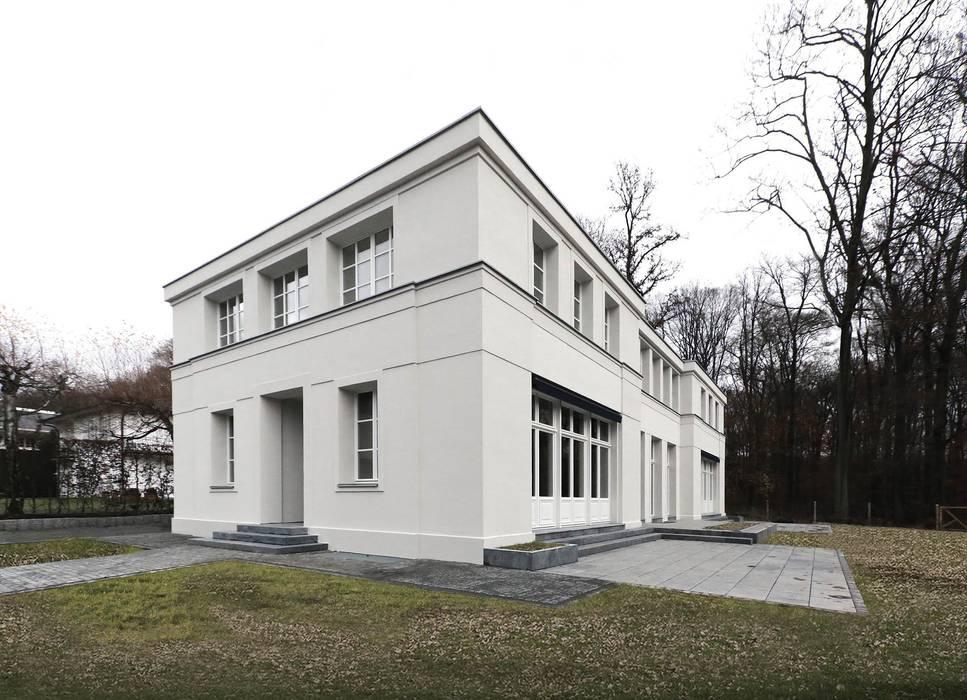 Mut zur Symmetrie - Klassisches Wohnhaus am Waldrand Klassische Häuser von CG VOGEL ARCHITEKTEN Klassisch