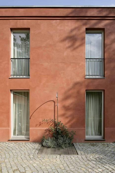 Temperamentvolles Rot - Wohnhaus in bewaldeter Umgebung Klassische Häuser von CG VOGEL ARCHITEKTEN Klassisch