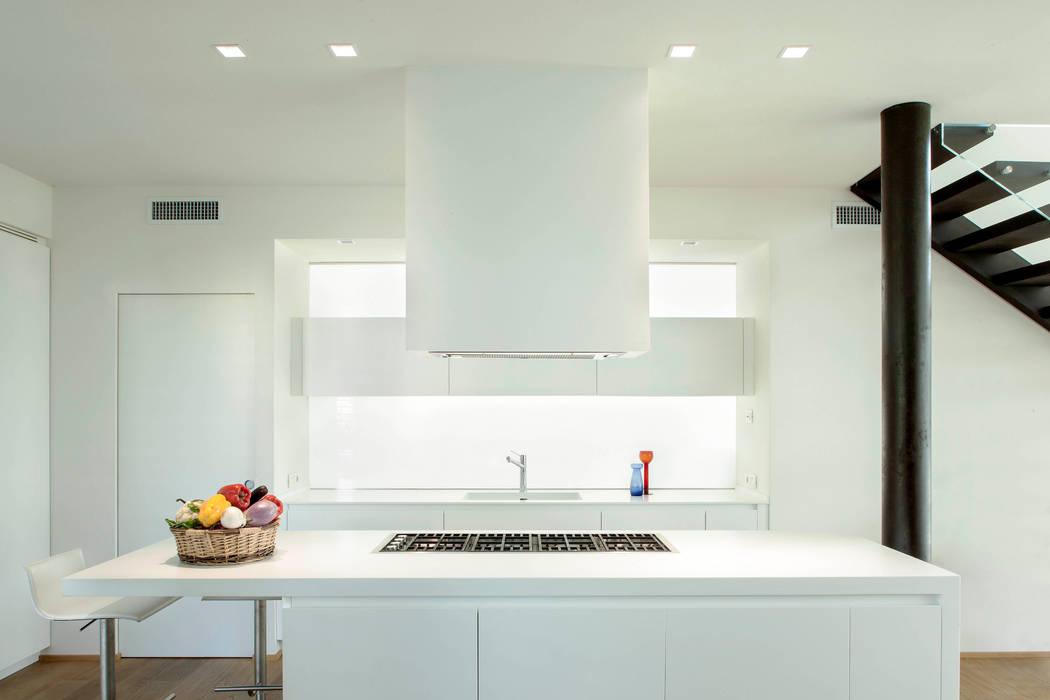 Contemporary Villa: Cucina in stile in stile Moderno di Luca Girardini - Photos