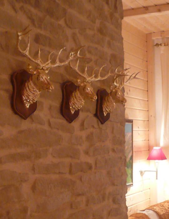 Steinwand mit Geweihen:  Wohnzimmer von Innenarchitektin Claudia Haubrock